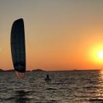 kitesurf-almanarre-foil-coucher-de-soleil-Ariane-imbert